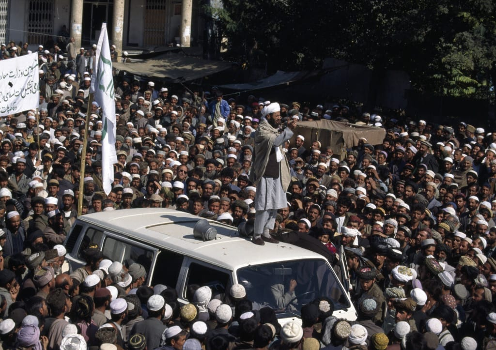 January 1996: A Taliban mullah speaks to a crowd gathered in central in Kabul after Taliban forces took control from the Rabbani government © Robert Nickelsberg