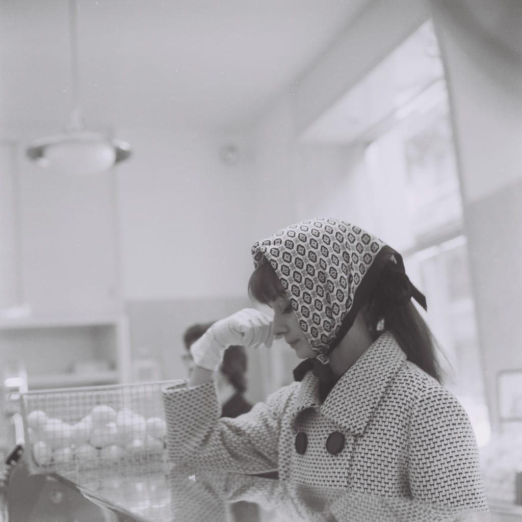 Audrey Hepburn in a bakery, Rome November 1961 © Marcello Geppetti , courtesy MGMC & Solares Fondazione delle Arti