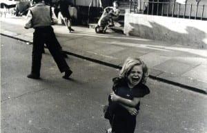 Screaming child, Southam Street, 1956 © Roger Mayne
