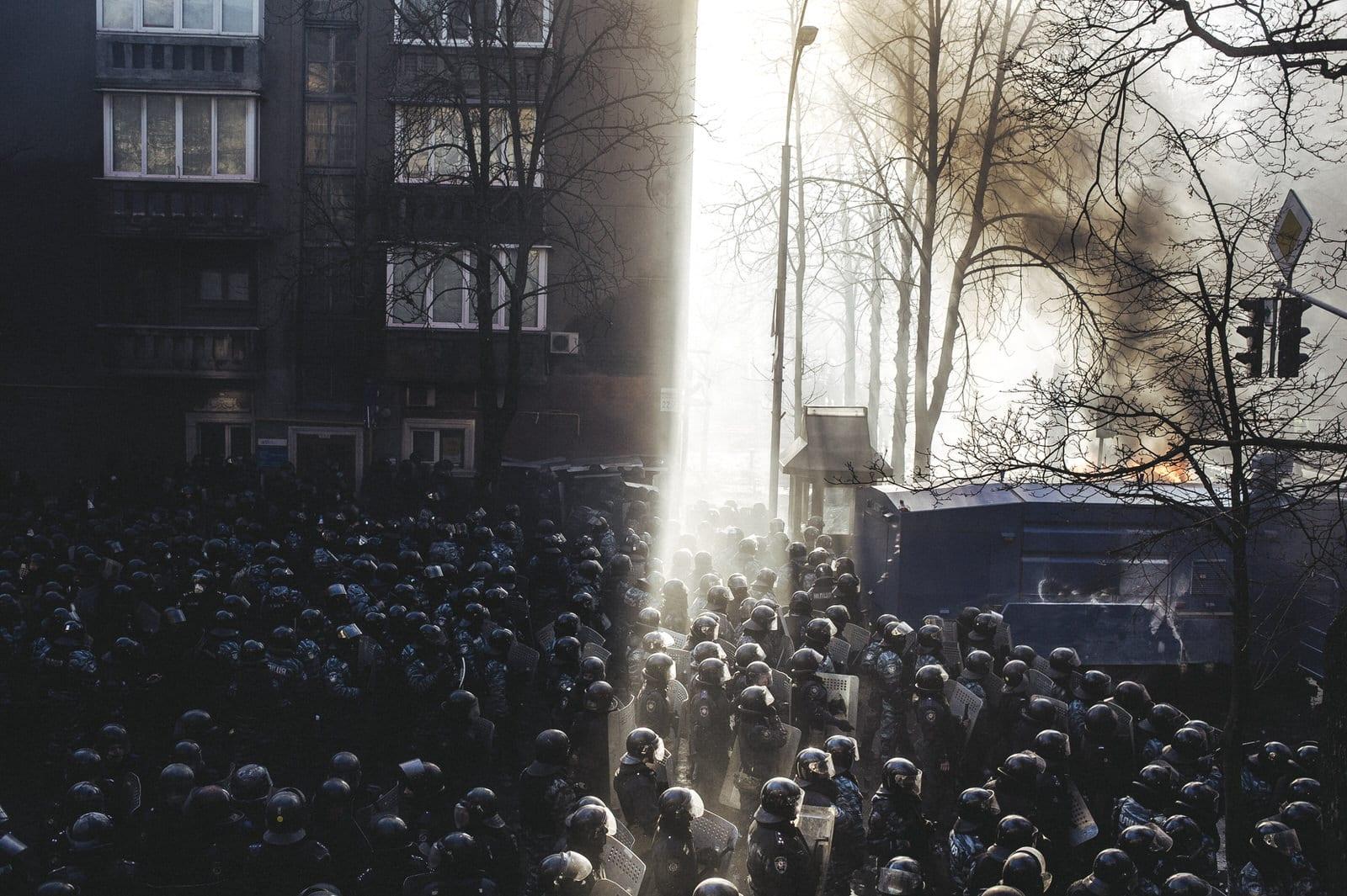 Riot police began to storm Maidan after clashes on Shelkovichna street. Kiev, 18th February 2014 (RUS)Беркут идет штурмом на майдан после столкновения на ул. Шелковчиная.