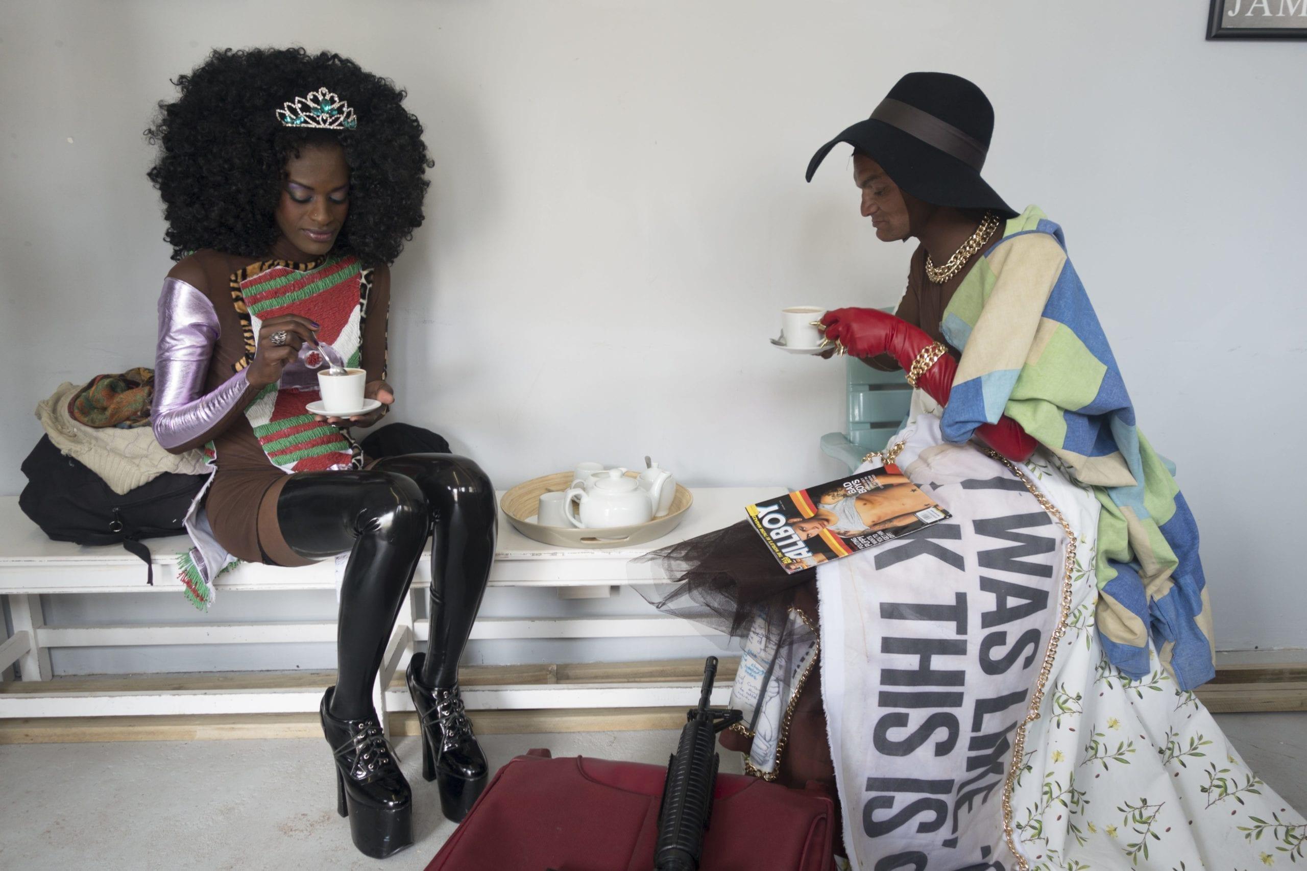 Flavinia and Sulega drinking tea backstage