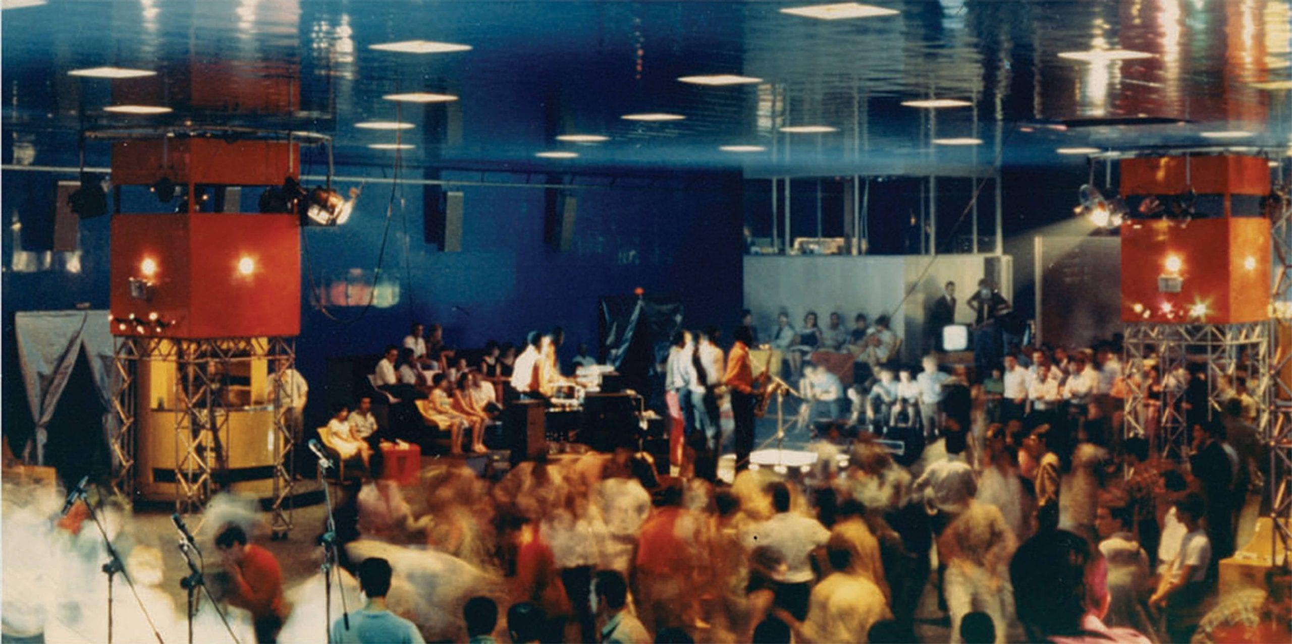 Live music inside L'Altro Mondo, Rimini, 1967. © Pietro Derossi