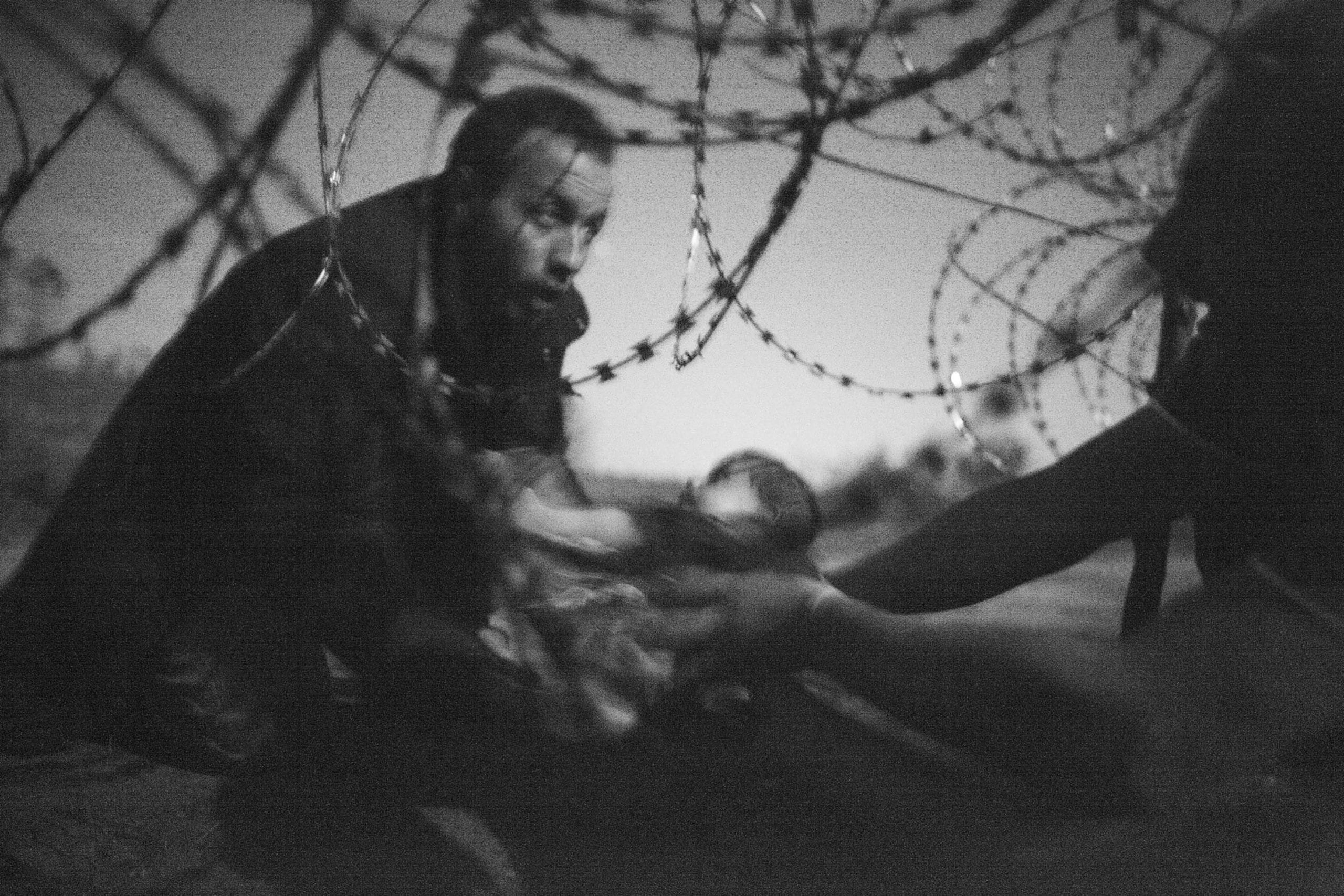 Migrants crossing the border from Serbia into Hungary (c) Warren Richardson