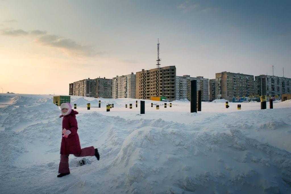 Pour les enfants les collines de neige représentent un magnifique terrain de jeu leur permettant de sauter, creuser des petits tunnels et se faire des abris.