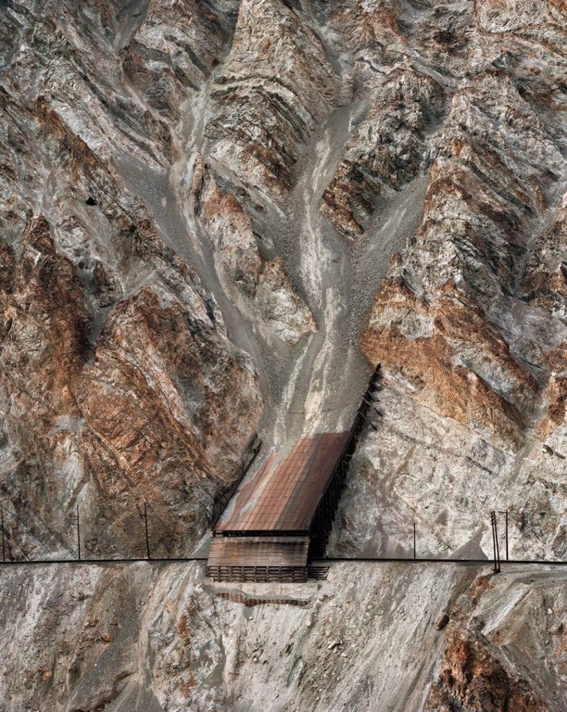 edward-burtynsky-railcuts-13-c-n-track-thompson-river-british-columbia-1985-c-edward-burtynsky