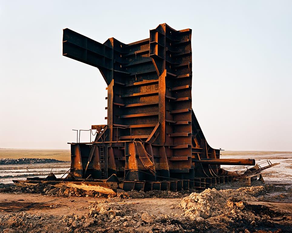 edward-burtynsky-shipbreaking-33-chittagong-bangladesh-2001-c-edward-burtynsky-courtesy-of-flowers-gallery-london-and-nicholas-metivier-gallery-toronto