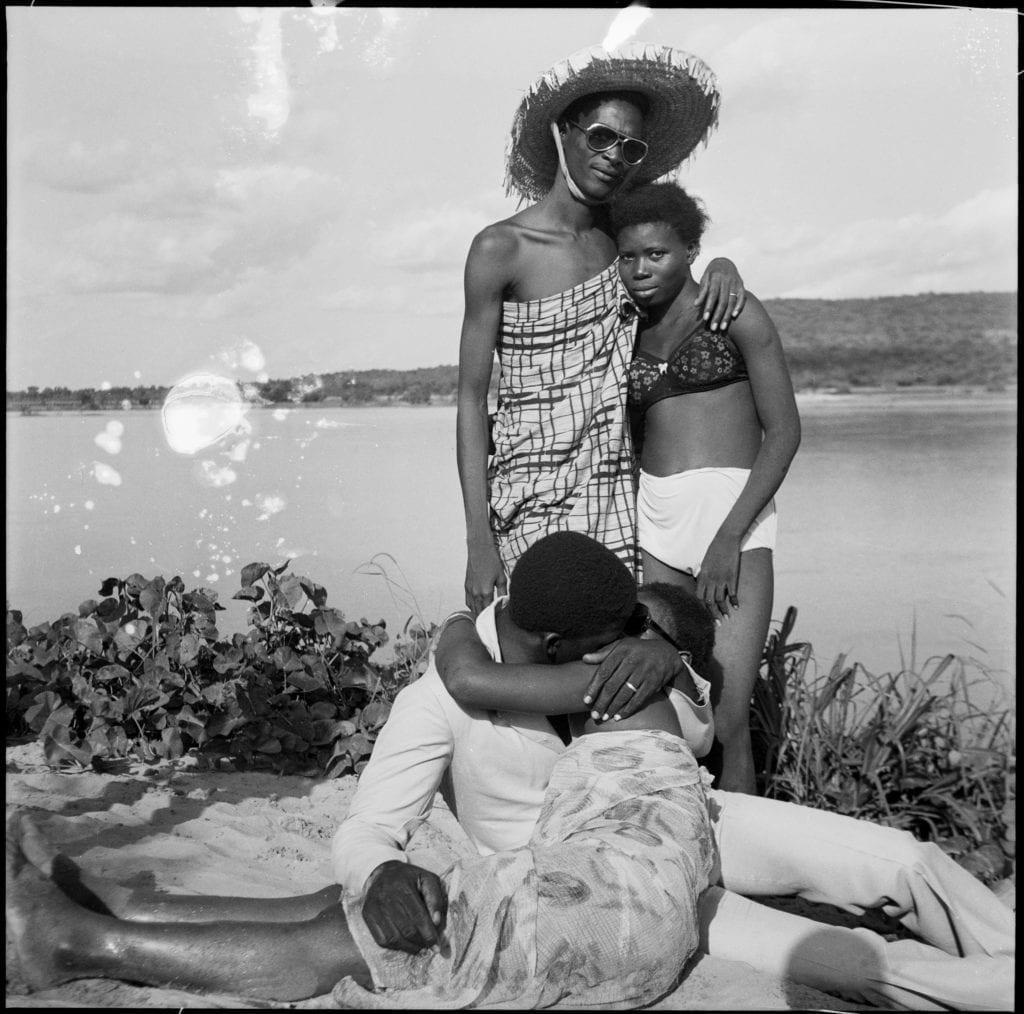 les-retrouvailles-au-bord-du-fleuve-niger-1974-c-malick-sidibe-courtesy-galerie-magnin-a-paris