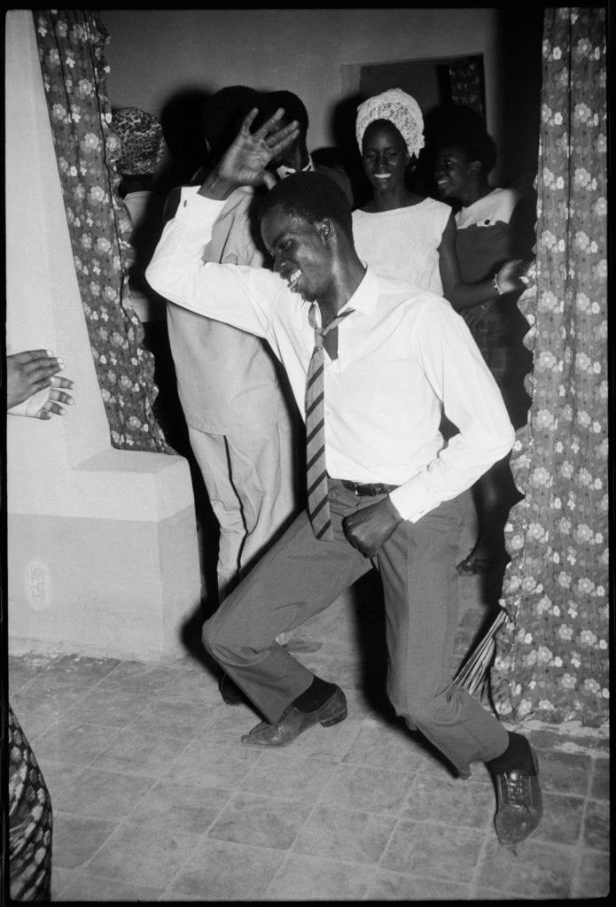 malick-sidibe-danseur-meringue-1964-c-malick-sidibe-courtesy-galerie-magnin-a-paris