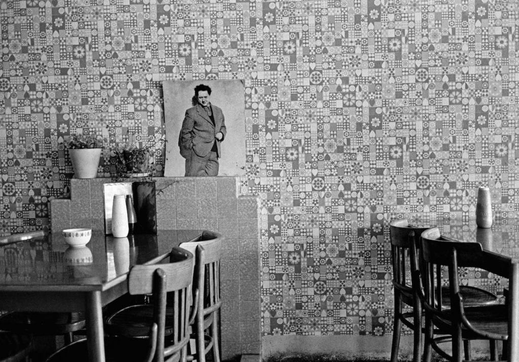 Cafe with photo of Dylan Thomas, Laugharne, Wales, GB 1974 © David Hurn, courtesy Magnum Photos