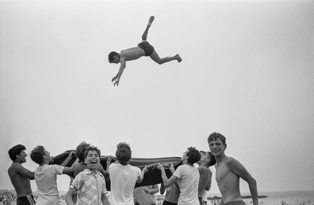 harold-feinstein-blanket-toss-1955